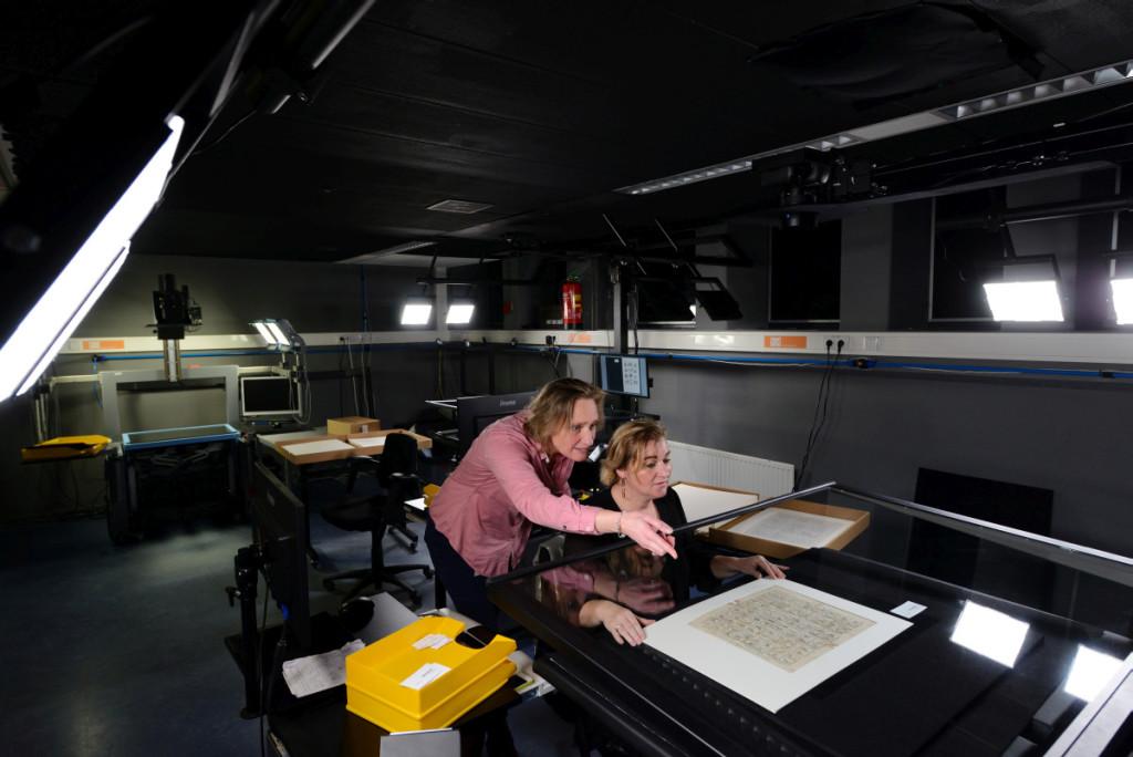Scanoperator Francisca Weijts bespreekt het opnemen van een object van het Fries museum met projectmanager Barbara van Rijn