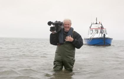 Dick Kool tijdens het filmen op Schiermonnikoog